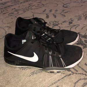 Black Nike Free TR 6 tennis shoes